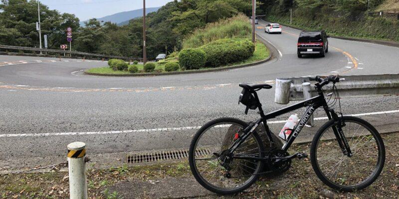 箱根の大平台と自転車で記念撮影している画像