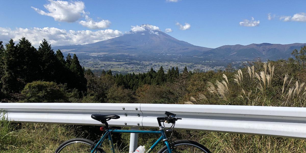 足柄峠近くの富士山と自転車の画像