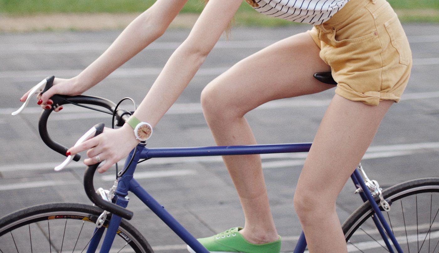 女性が自転車に乗っている画像