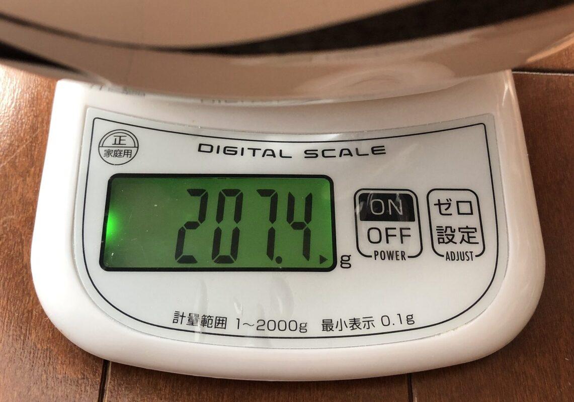 OGKカブト「LEZZA」の重さを計測している画像
