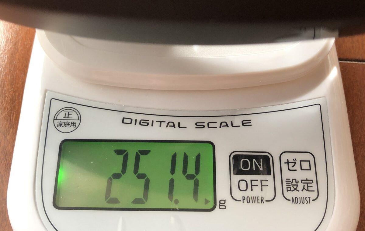 LAZERスフィアの重さを計測している画像