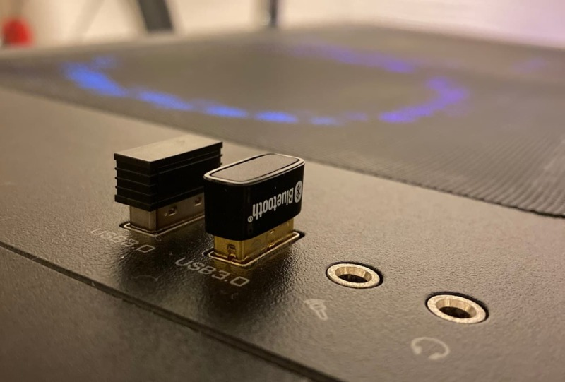 本体上部に2つのUSBアダプタが挿入されたPCを紹介する画像